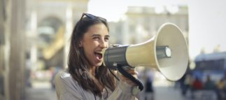Как развить силу и уверенность голоса: рекомендации и упражнения