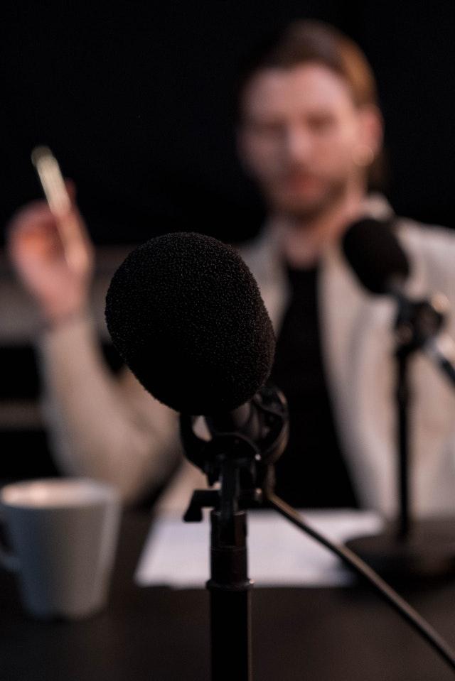 Как научиться говорить низким бархатным голосом